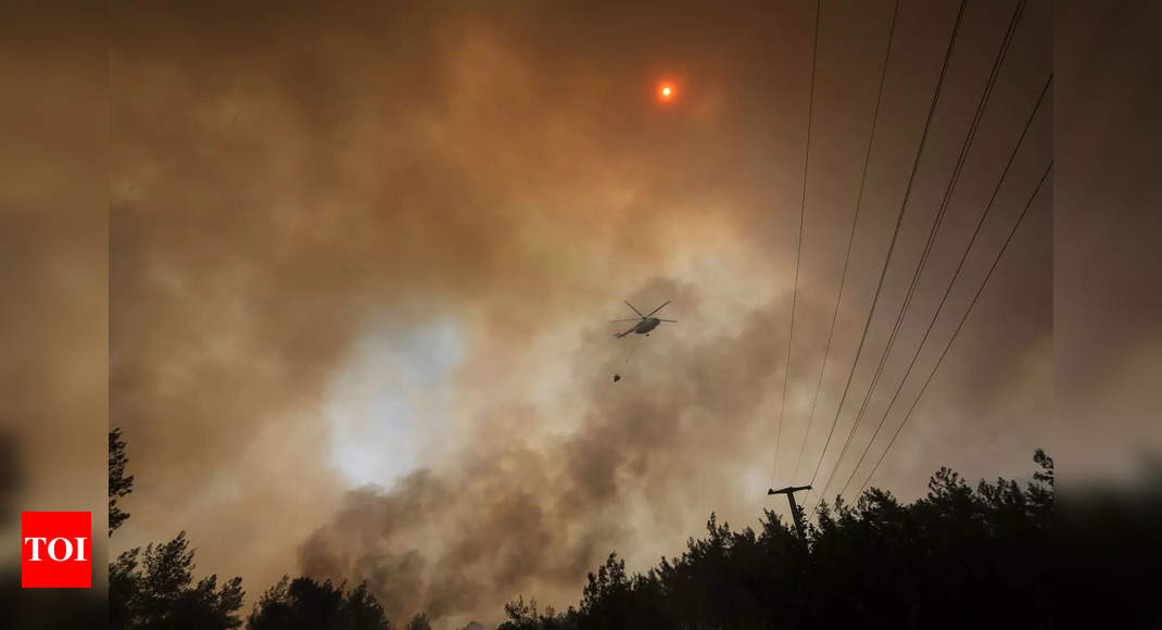 Turkey evacuates terrified tourists by boat from forest fires0