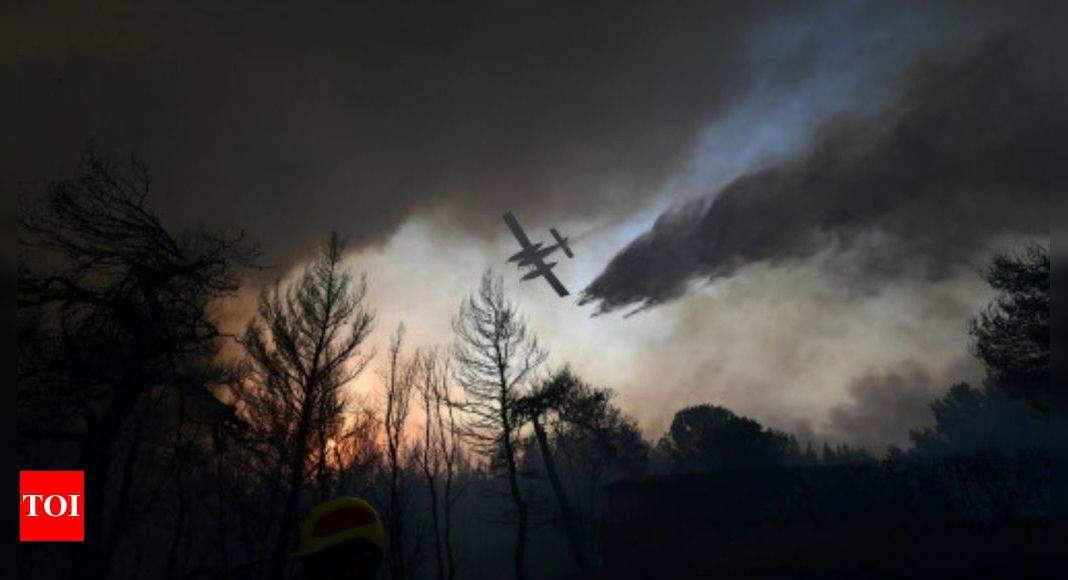 Thousands more flee fires outside Athens amid heat wave – Times of India