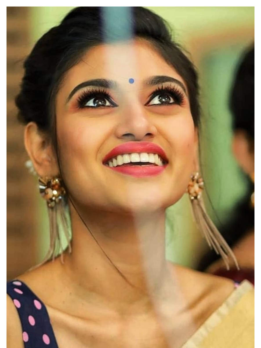 Oviya's all smiles in these clicks