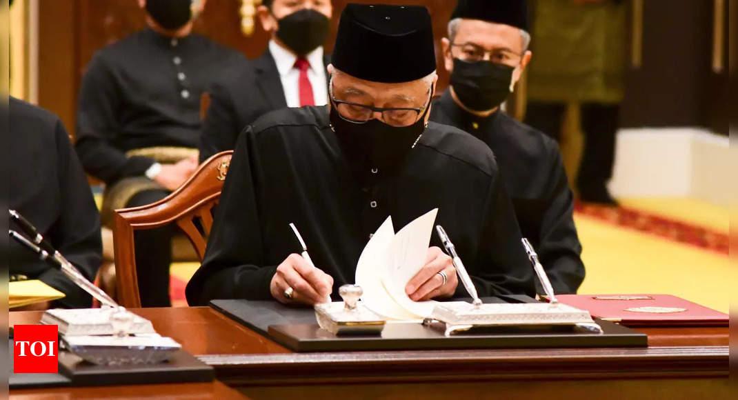 Malaysia new PM faces tall task in uniting polarized society thumbnail