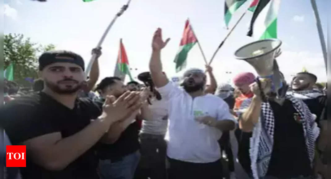 Israel fires on protesting Palestinians in Gaza, 24 wounded thumbnail