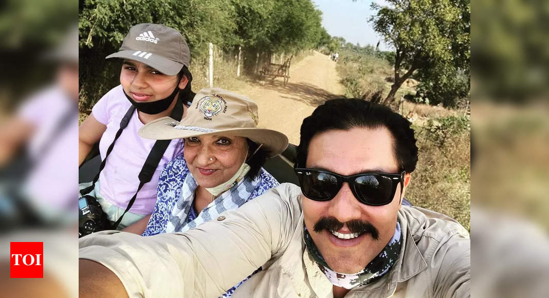 Randeep goes for a safari with mom and niece
