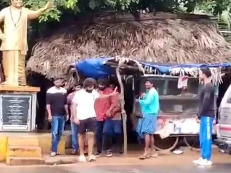 Allu Arjun enjoys breakfast at a roadside shack: Video goes viral on social media