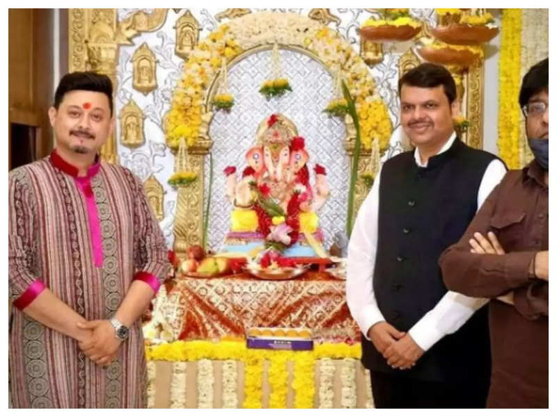 Swwapnil Joshi visits former Maha CM Devendra Fadnavis's home for Ganpati darshan; fans ask 'Are you joining BJP?'