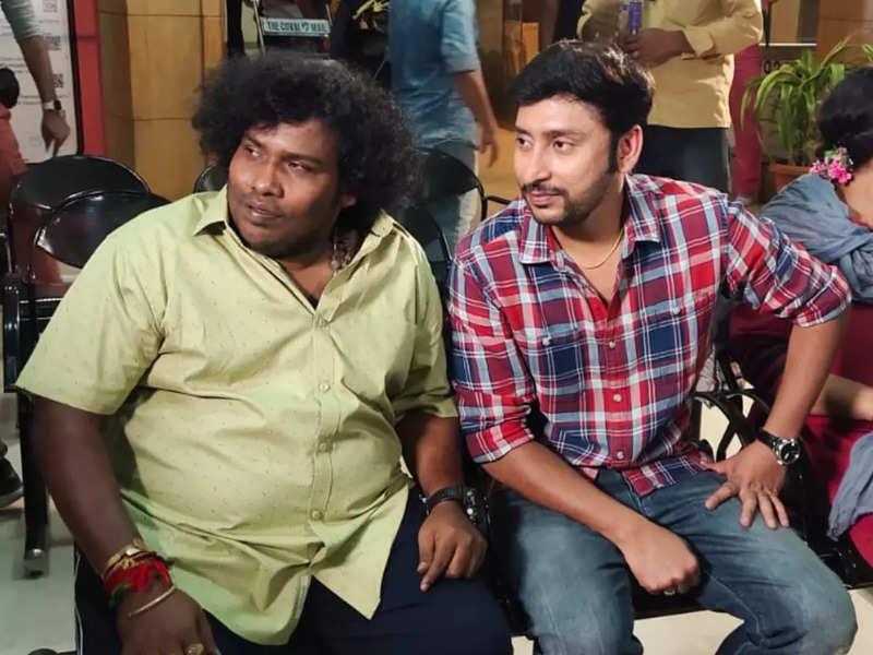 Yogi Babu in a guest appearance in RJ Balaji's 'Veetla Visheshanga'