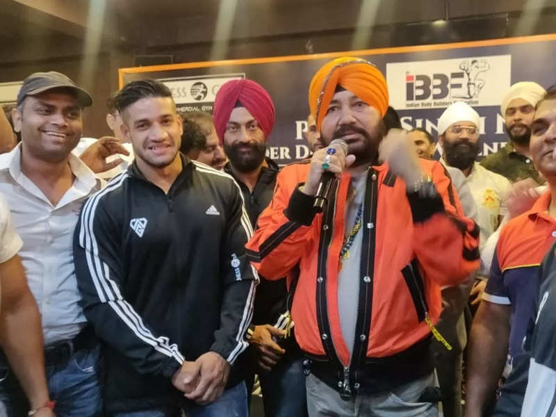 Daler Mehndi with Indian bodybuilders at an event in Delhi
