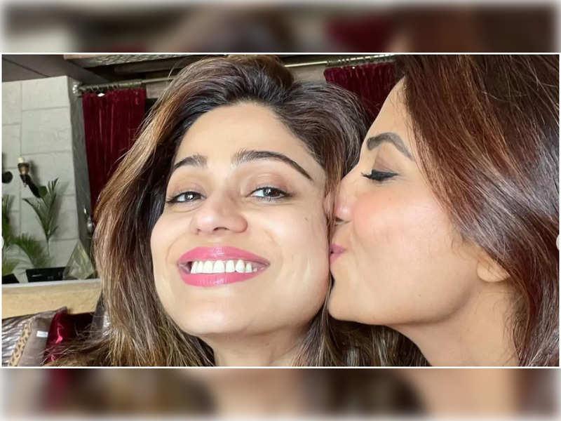 Shilpa Shetty welcomes back sister Shamita with a tight hug and kiss