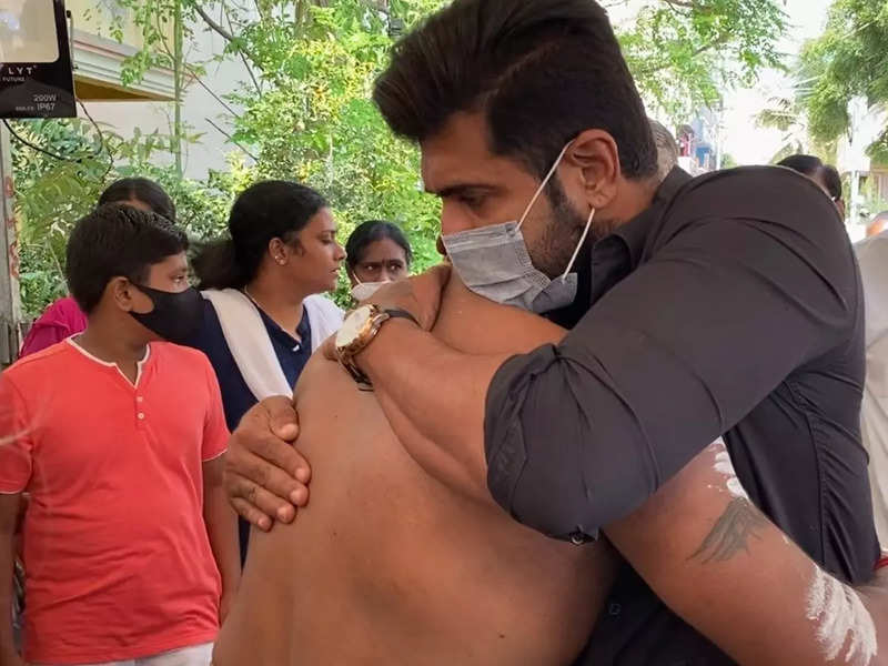 Arun Vijay's presence during Rajasekar's father's funeral comforts the cinematographer