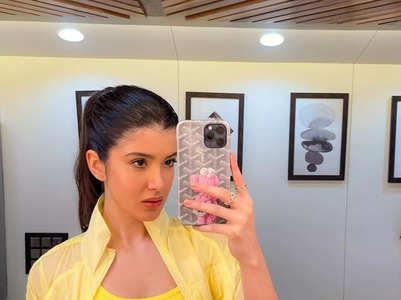 Shanaya's 'yellawesome' mirror selfies