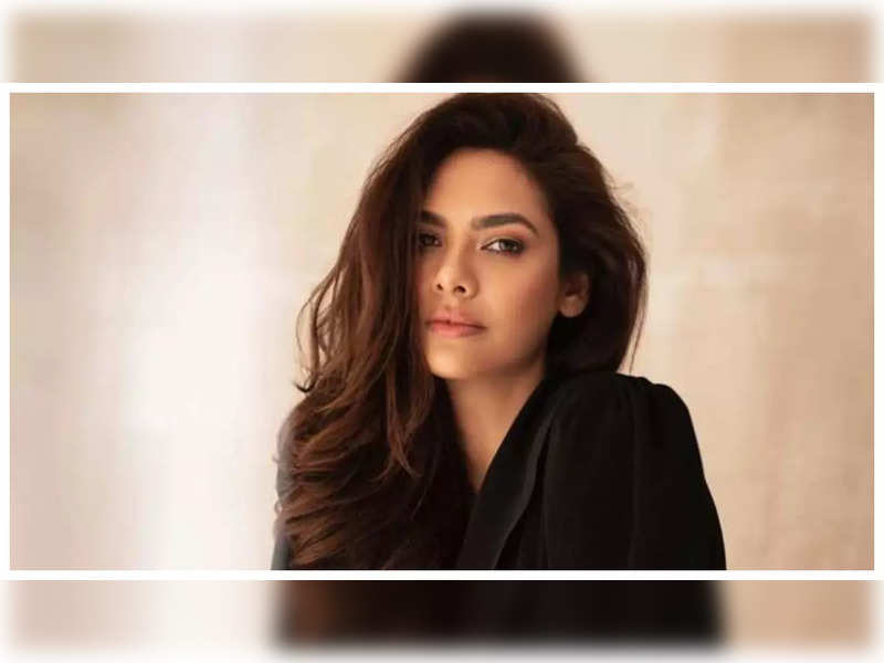 Esha Gupta says she was always conscious about how she looked as a kid; reveals she was called 'Kaali Maa' for her dark complexion