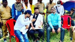 Pravesh Lal Yadav shares food with co-star Nirahua on the set of 'Izzat Ghar'