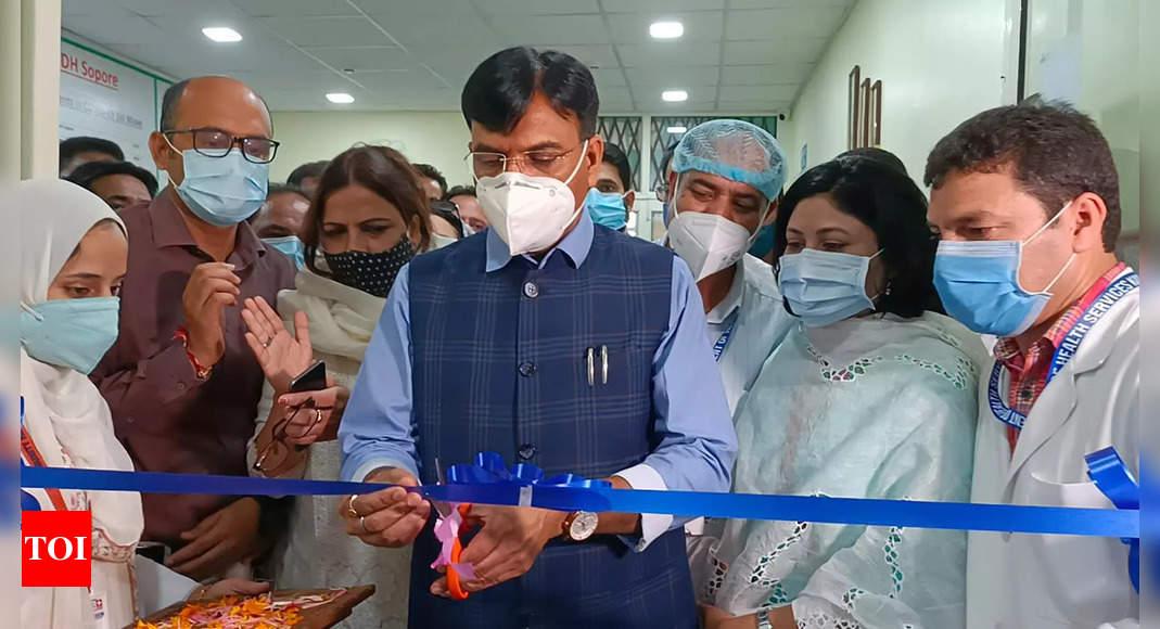 Congress slams Mandaviya over 'photo op' while visiting Manmohan at hospital