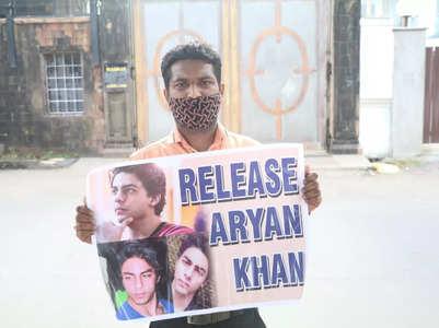 SRK-Aryan fans gather outside Mannat