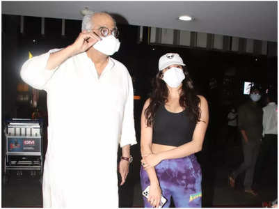 Janhvi stops dad from removing mask for paps