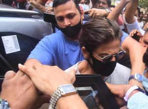 Pooja on SRK getting mobbed post jail visit
