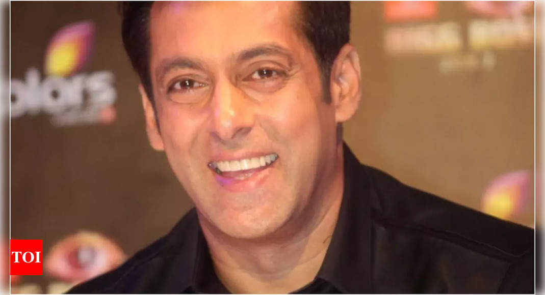 Salman Khan eats 3 samosas in one go