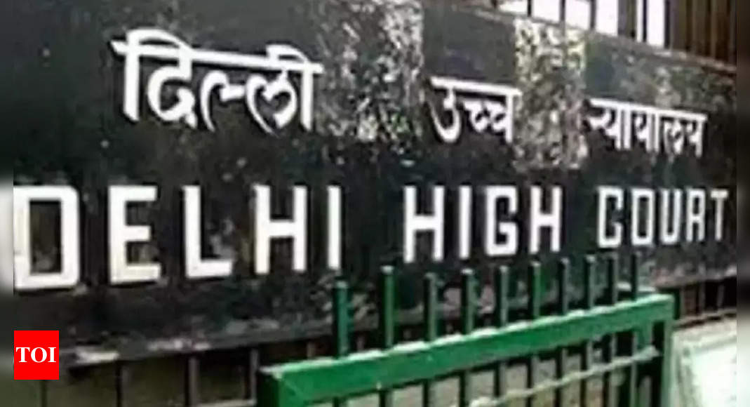 Delhi HC notice to cops on removing barricades
