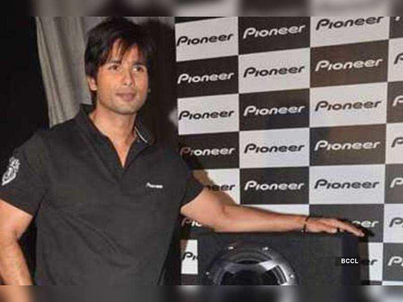 Who gifted Shahid Kapoor a bracelet? | Hindi Movie News ...