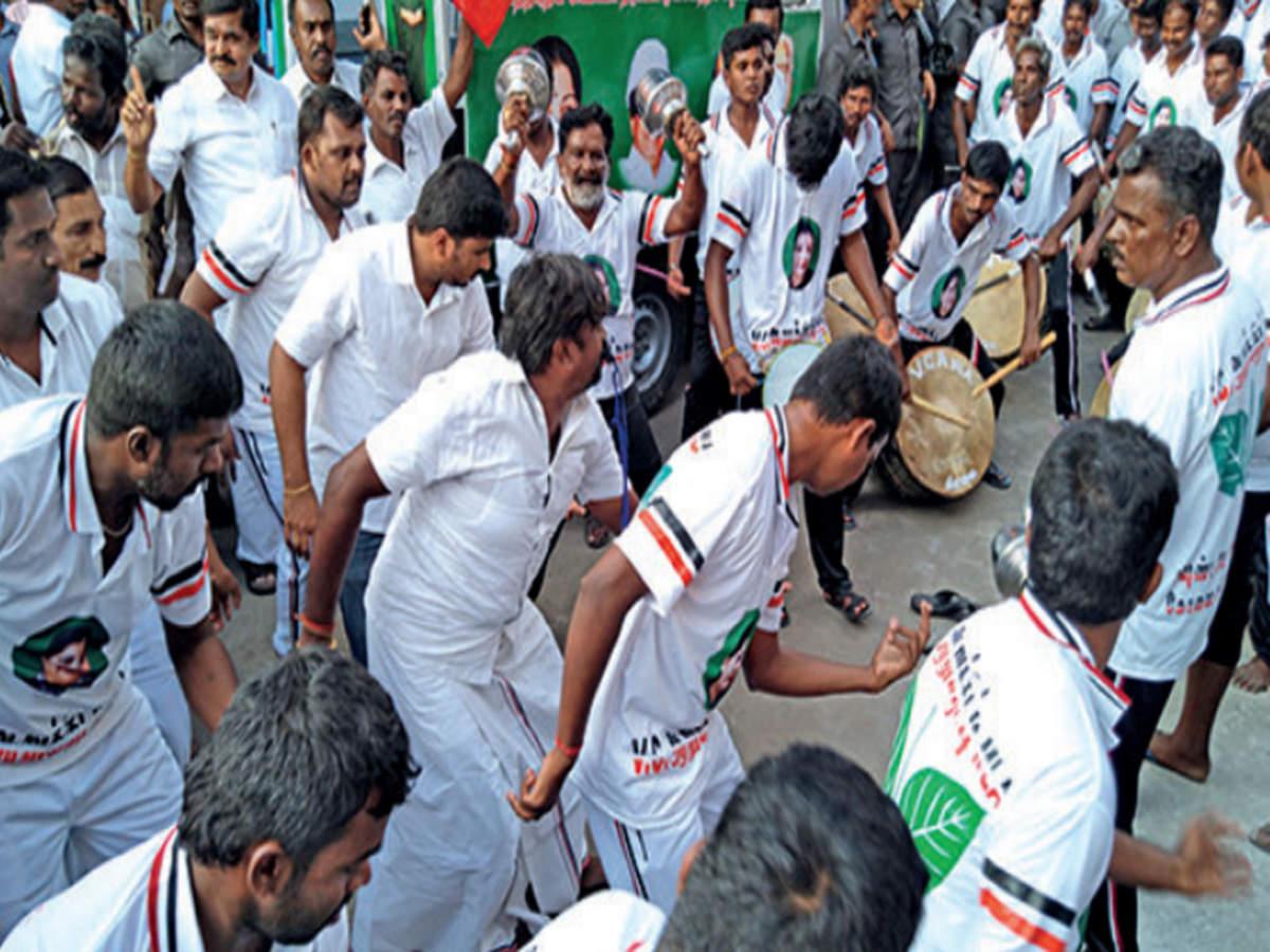 RK Nagar Bypoll: 'Dancing MLA' hits RK Nagar with a 100-strong