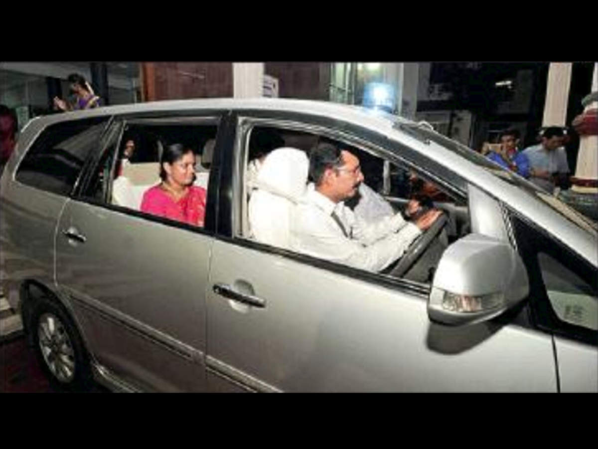 Karur collector turns chauffeur on his driver's retirement day