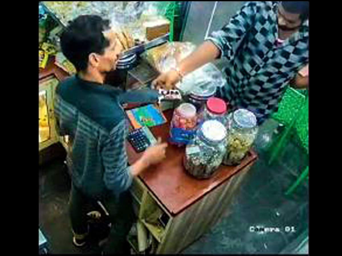 Man offers knife for cash at juice shop: Man offers knife for cash