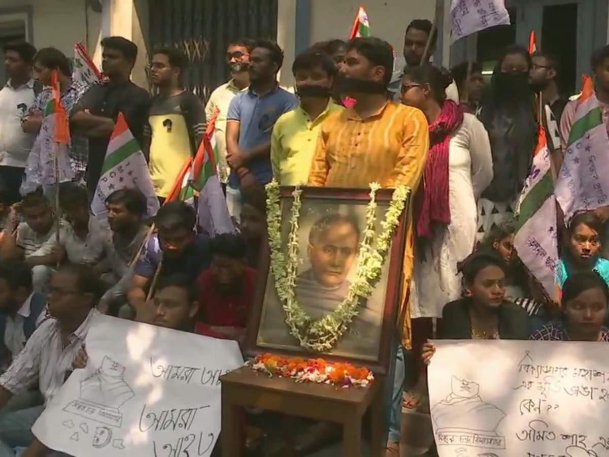Image result for Kolkata: TMC's student wing protests against vandalisation of Ishwar Chandra Vidyasagar's statue