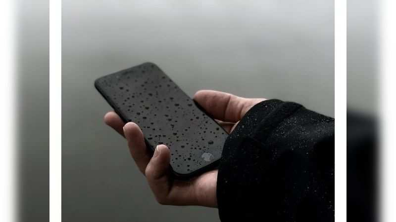 Do not use a wet smartphone. Switch it off immediately