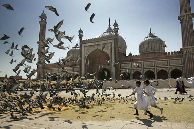 Kids playing in Jama Masjid's courtyard